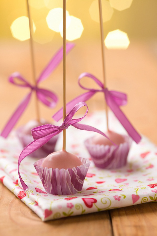 holidays and recipes: red velvet cake pops for valentines day and photography tips